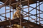 Nové zlacení sochy Panny Marie na Mariánském sloupu v Kroměříži
