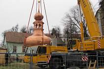 Osmnácti tunový kolos ve formě nově opravené věže se v pátek 23. listopadu vrátil na své původní místo. Uvnitř věže je také schováno poselství pro budoucí generace o životě lidí dnešních dnů v Morkovicích.