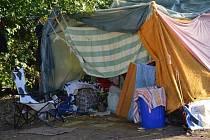 Skupina bezdomovců musela počátkem září za asistence tamních strážníků vyklidit prostory poblíž vlakového nádraží.
