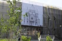 Velkoformátový obraz připomínající někdejší židovskou modlitebnu zdobí od konce května fasádu opravovaného Domu kultury v Kroměříži: právě na jeho místě totiž modlitebna vypálená nacisty stávala.