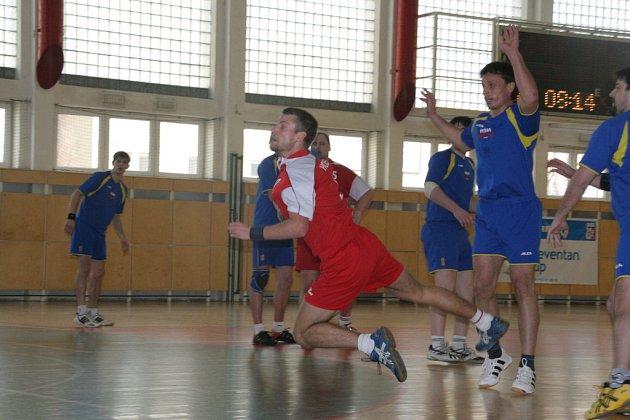 Hráči Holešova (v červeném) se pokusí o první body ve druhé lize v domácím prostředí.