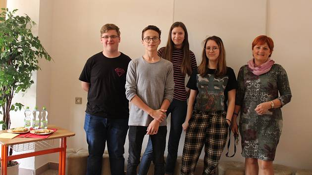 ČLENOVÉ PARLAMENTU. Na 2. Základní škole v Holešově zasedal Parlament dětí a mládeže. Přivítala jej ředitelka školy Jarmila Růžičková (vpravo).