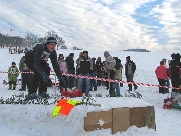 Recesistický závod ve skocích na lyžích na mamutím můstku.