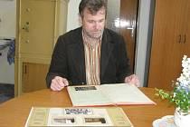 Základní škola v Koryčanech bude slavit 15. a 16. května 2009 sté výročí vzniku. Na snímku je druhý stupeň základní školy a ředitel Vlastimil Válka.