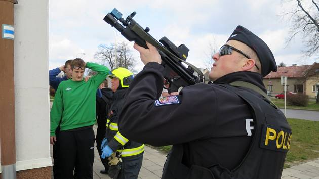 V Chropyni si jednotlivé složky Integrovaného záchranného systému vyzkoušely cvičný zásah proti takzvanému aktivnímu střelci.