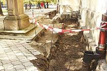 U kostela objevili archeologové 58 lebek a dva pytle kostí.