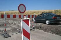 Silničáři nechali vybudovat poblíž popraskané a sesunuté silnice u Jestřabic náhradní cestu. Vznikla v místě pole.