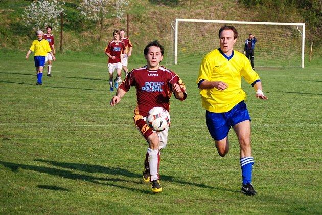 Vedoucí Šelešovice (ve žlutém) daly rozhodující gól v nastaveném čase.