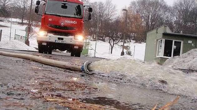 Hasiči odčerpávají vodu ze sklepů