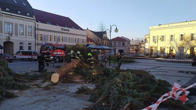 V Holešově na náměstí E. Beneše spadl vánoční strom