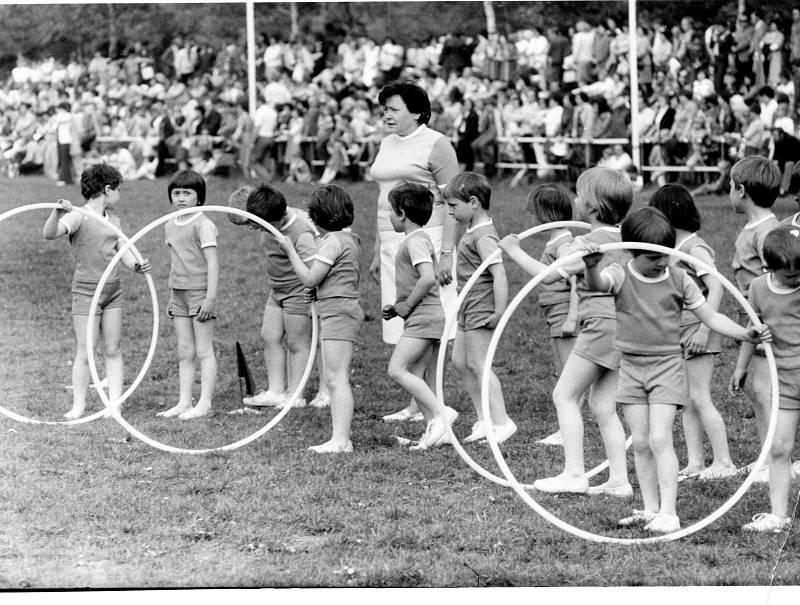 SPARTAKIÁDA, 80. LÉTA. Na Spartakiádu se těšily i děti. Samotný nácvik na ní byl vždy velkou událostí v obci.