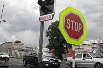 Na železničním přejezdu v kroměřížské ulici Hulínská nejsou funkční nové závory. Je tam ale umístěná značka STOP, kterou by řidiči měli respektovat. Omezení potrvá až do pondělní patnácté hodiny.