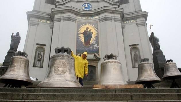 Nové zvony před bazilikou na Svatém Hostýně.
