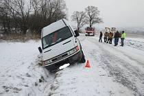 V zasněženém příkopu u Troubek skončila v pondělí 29. prosince dodávka, kterou sem přijeli vyprostit hasiči z Kroměříže.