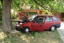 Poměrně drsně vyhlížející dopravní nehodu museli v neděli odpoledne řešit hasiči ve Věžkách. Zasahovali u ní krátce po třetí hodině a zranění při ní utrpěli dva lidé.