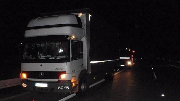 Trojici nehod na dálničním úseku D55 mezi Hulínem a Otrokovicemi museli policisté a hasiči řešit během jediné noci, ve všech případech se přitom jednalo o střet aut se srnami.