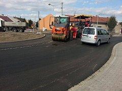 Už od soboty 1.10. budou řidiči jezdit po kruhovém objezdu v Holešově bez omezení, ovšem pokračovat budou v opravě chodníků a dalších.