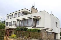 Funkcionalistickou vilu si Josef Maťa přistavěl k původnímu domku jeho rodičů. Zvolil strategickou polohu s průčelím do klidné Slavkovské ulice,  která je ale stále blízko centra.