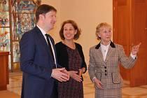 Tajemnice velvyslanectví Spojených států amerických Beth Fernald (na snímku uprostřed) navštívila druhý dubnový týden Zlínský kraj a při té příležitosti také Kroměříž.