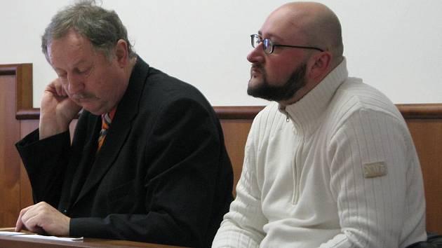 David Tomášek (na snímku vpravo) údajně podvodem připravil společnost Reiffeisen stavební spořitelna asi o milion korun