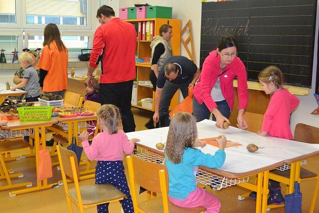 PODZIMNÍ VYRÁBĚNÍ. Děti si z přírodních materiálů mohly vyrobit skřítky Podzimníčky nebo papírové draky.