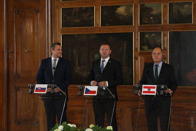 Vyvrcholení dvoudenního zasedání předsedy Poslanecké sněmovny Radka Vondráčka (uprostřed), předsedy Národní rady Slovenska Andreje Danka (vlevo) a prezidenta Národní rady Rakouska Wolfgranga Sobotky (vpravo).