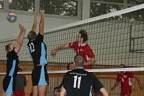První vítězství volejbalistů SKP nad Hlučínem zvedlo v klubu náladu.