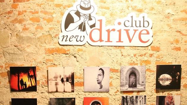 Netradiční výstava fotografií zaznemenaných mobilním telefonem, je od pátku k vidění v prostorách New Drive Clubu v Holešovském zámku. Autory stovky vystavených snímků je skupina deseti fotografů s názvem Opojení.