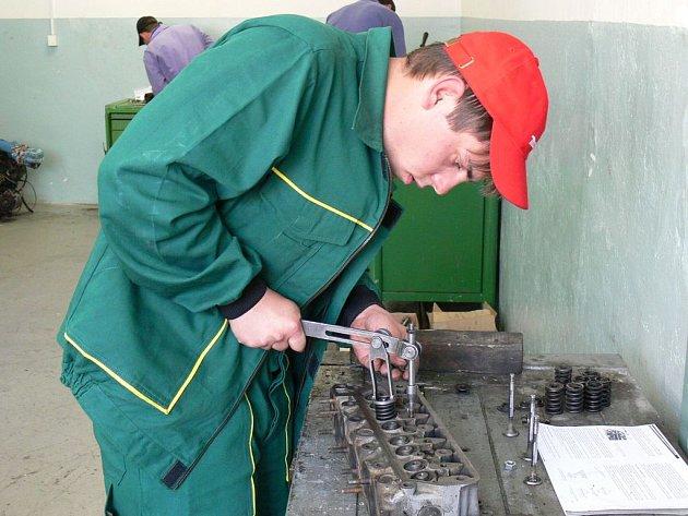 JEMNÁ PRÁCE. Studenti museli mimo jiné zhotovit čep na soustruhu či zabrousit ventil spalovacího motoru.
