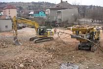 Ve Zdounkách se v těchto dnech dokončuje demolice budov v areálu bývalého pivovaru. Až do jara loňského roku byly využíváný nejrůznějšími podnikateli, jarní povodeň ale zničila přípojky vody a správci nemovitostí se je už nepodařilo obnovit.