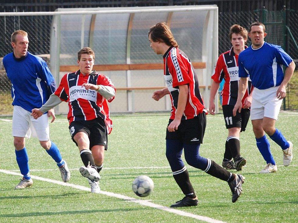 Fotbalisté Komárna (v modrém) zaznamenali obrovské zlepšení