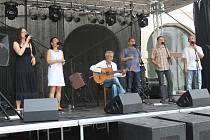 Pátý ročník folkového festivalu Toulavej si na nádvoří holešovského zámku nenechalo ujít tři sta návštěvníků.