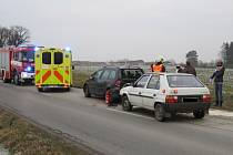 Srážka dvou osobních aut nadělala v úterý 6.12. odpoledne starosti policistům, hasičům a záchranářům u obce Horní Lapač: jeden z řidičů po ní navíc skončil se zraněním v nemocnici.