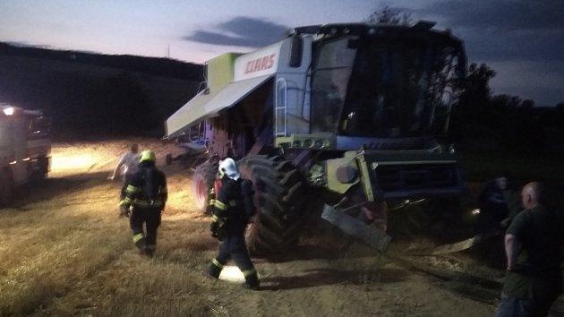 Požár kombajnu na poli u obce Hlinsko pod Hostýnem na Kroměřížsku.