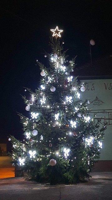 Vánoční strom 2020 v obci Komňa