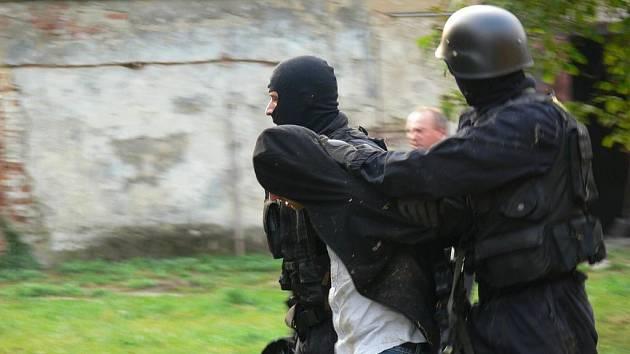 Policisté provedli ve středu 21. září 2011 ráno domovní prohlídku v objektu bývalého lihovaru v Zástřizlech. Objevili tři podezřelé a také samotnou varnu, ve které se právě připravoval pervitin.