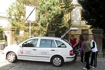 Díky darovanému autu od firmy Tos Hulin může Charitní pečovatelská služba Kroměříž obsloužit potřebné i v okolních vesnicích.