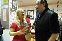 Spisovatelka z Chvalčova u Bystřice pd Hostýnem Klára Janečková představila svoji novou knihu Unesená na křtu v paláci knih Luxor v Praze 5. 2. 2008. Kmotrem knihy byl bavič Petr Novotný.