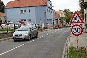 Na rekonstrukci chodníku začali v Koryčanech pracovat na začátku října. Během měsíce by měli mít hotovo.