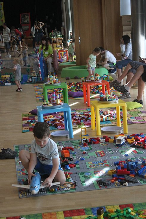 O víkendu se konalo v Domě kultury v Kroměříži Kostkování. Děti si mohli pohrát s modely lega a také si vlastní na třiceti stanovištích sestavit.