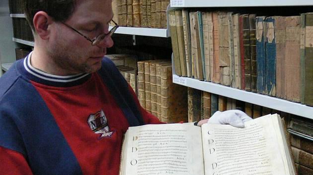 Knihovník zámku v Kroměříži Cyril Měsíc drží v rukou nejvzácnější knihu tamní knihovny Sakramentář kroměřížský.