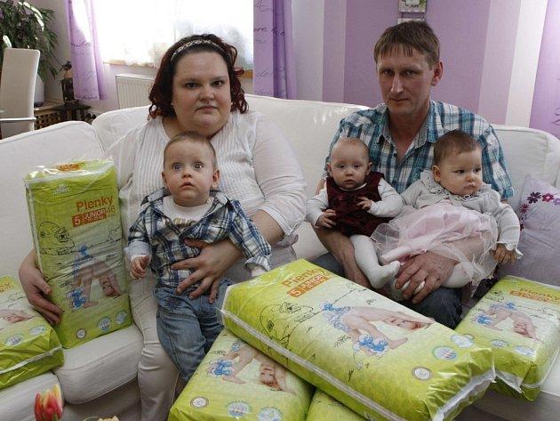 Trojčata Vyvlečkovi z Kroměříže.Zleva Vojtěch, Valentýna a Magdalena s maninkou Monikou a tatínkem Jaroslavem.