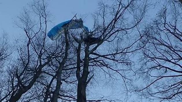 V koruně stromu nedaleko Chvalčova uvízl v neděli 5. ledna 2020 paraglidista.