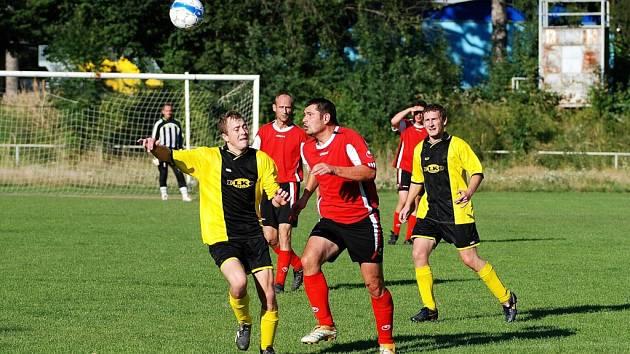 Nováček z Počenic (v červeném) v mnoha zápasech hodně inkasoval.