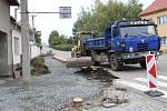 Rekonstrukci obou úseků chodníků plánují v Lutopecnách dokončit do poloviny listopadu..