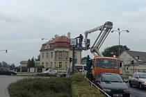 Kroměřížské technické služby vyměnily troje hodiny ve městě. Nově budou hodiny ukazovat i aktuální datum.