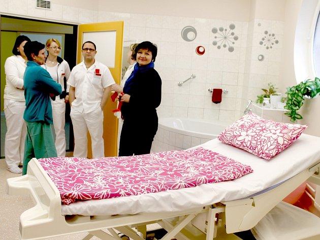 V Kroměřížské nemocnici otevřeli nový porodní pokoj, který má působit domácím dojmem.