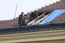 V kroměřížském Arcibiskupském zámku dělníci v těchto dnech finišují s opravou vytipovaných nejhorších střešních krovů.