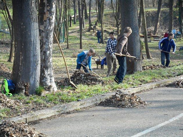 Na čtyři desítky brigádníků se v Holešově připojily k akci Ukliďme Česko: projekt tam organizovalo už popáté volnočasové středisko TyMy se spolkem Proud v Americkém parku.