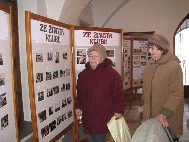 V přízemí kroměřížské radnice je až do 15. ledna k vidění výstava nazvaná 35 od založení Klubu seniorů.